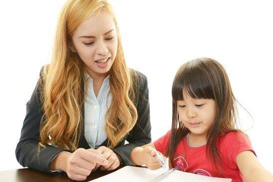 Une tutrice chez ServicesTutorat aide un élève au Primaire