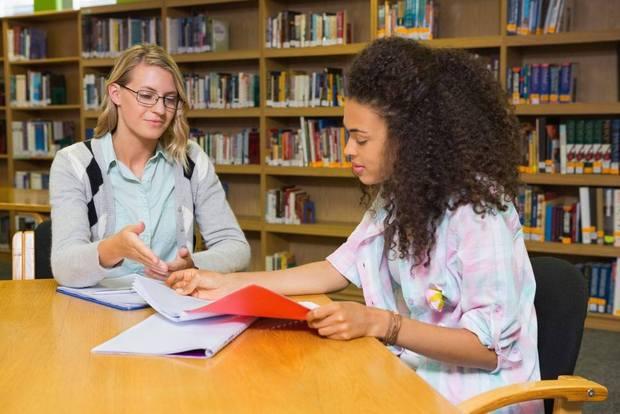 aide aux devoirs donné par un tuteur privé pour un élève au secondaire en mathématiques
