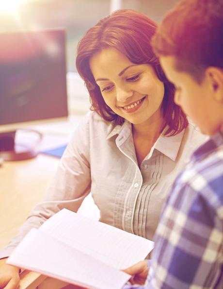 tutrice spécialisée dans l\'aide aux devoirs et le tutorat privé à domicile avec un élève du primaire en français