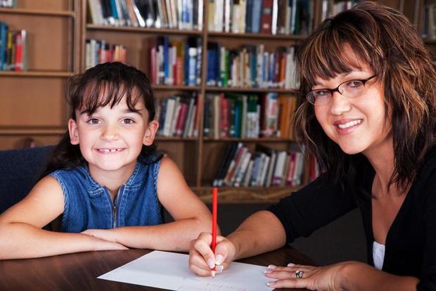 tuteur privé qui donne des séances de tutorat à un élève au Primaire en mathématiques